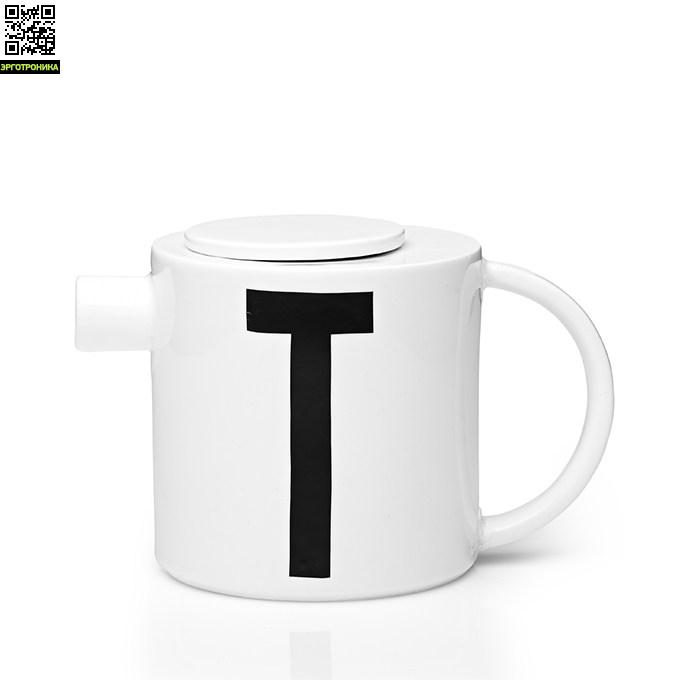 Заварочный чайник с буквой Т Design Lettres &amp; Arne JacobsenКухонная эргономика<br>Основная часть коллекции датского бренда Design Letters сформирована из продукции с типографикой, разработанной в 1937 году выдающимся дизайнером Арне Якобсеном. Этот шрифт был создан специально для ратуши в городе Орхус, Дания. Сейчас, более 75 лет спустя, этот модернистский шрифт смотрится очень актуально. Именно поэтому дизайнеры Design Letters используют его на своих предметах.<br>Заварочный чайник выполнен из белоснежного костяного фарфора. На одну из сторон нанесена буква Т – первая буква в слове tea (ч<br>