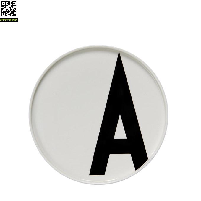 Тарелка с буквой А Design LettersКухонная эргономика<br>Основная часть коллекции датского бренда Design Letters сформирована из продукции с типографикой, разработанной в 1937 году выдающимся дизайнером Арне Якобсеном. Этот шрифт был создан специально для ратуши в городе Орхус, Дания. Сейчас, более 75 лет спустя, этот модернистский шрифт смотрится очень актуально. Именно поэтому дизайнеры Design Letters используют его на своих предметах.<br>Тарелки выполнены из белоснежного костяного фарфора. Тарелка такого диаметра – 20 см – подойдет для подачи горячих блюд или се<br>