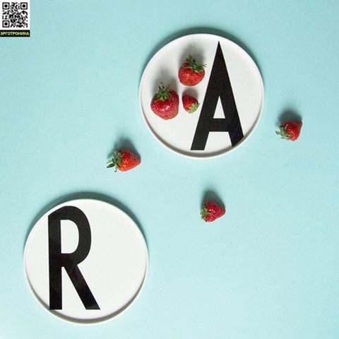 Тарелка с буквой В Design Letters