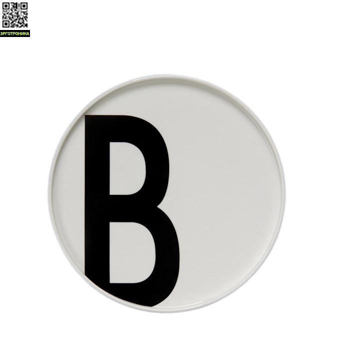 Тарелка с буквой В Design LettersКухонная эргономика<br>Основная часть коллекции датского бренда Design Letters сформирована из продукции с типографикой, разработанной в 1937 году выдающимся дизайнером Арне Якобсеном. Этот шрифт был создан специально для ратуши в городе Орхус, Дания. Сейчас, более 75 лет спустя, этот модернистский шрифт смотрится очень актуально. Именно поэтому дизайнеры Design Letters используют его на своих предметах.<br>Тарелки выполнены из белоснежного костяного фарфора. Тарелка такого диаметра – 20 см – подойдет для подачи горячих блюд или се<br>
