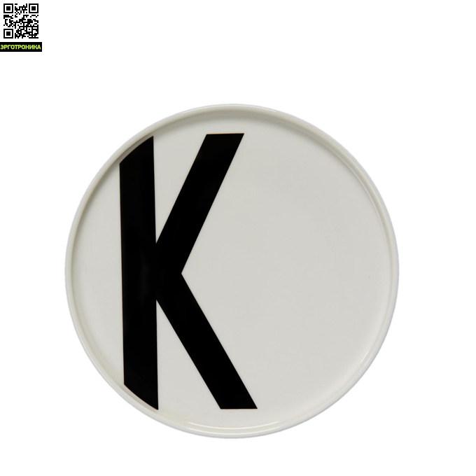 Тарелка с буквой К Design LettersКухонная эргономика<br>Основная часть коллекции датского бренда Design Letters сформирована из продукции с типографикой, разработанной в 1937 году выдающимся дизайнером Арне Якобсеном. Этот шрифт был создан специально для ратуши в городе Орхус, Дания. Сейчас, более 75 лет спустя, этот модернистский шрифт смотрится очень актуально. Именно поэтому дизайнеры Design Letters используют его на своих предметах.<br>Тарелки выполнены из белоснежного костяного фарфора. Тарелка такого диаметра – 20 см – подойдет для подачи горячих блюд или се<br>